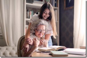 Abuela leyendo junto a nieta